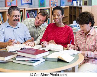 leraar, portie, middelbare leeftijd , scholieren, in, bibliotheek