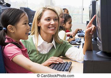 leraar, portie, student, bij computer, terminal, met, scholieren, in, achtergrond, (depth, van, field/high, key)