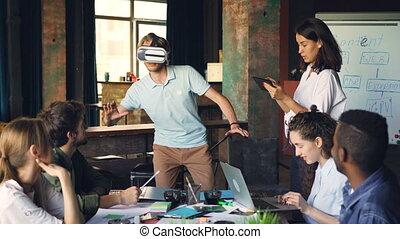 les, femme, groupe, corps, gens fonctionnement, tablet., lunettes, jeune, réalité, en mouvement, multi-ethnique, mains, amusement, utilisation, type, avoir, augmented