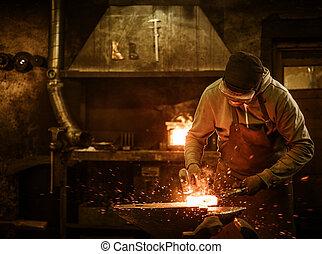 les, forgeron, forger, les, métal fondu, sur, les, enclume,...