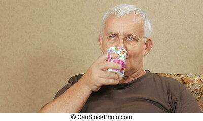les, homme, à, les, âge, de, café buvant, depuis, a, tasse, et, regarder, les, appareil-photo., il, relâche, chez soi, divan, après, a, dur, day., maison jour férié, concept