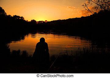 les, homme, assied, à, a, attirailde pêche, et, poissons, sur, les, banque, de, lac, pendant, a, decline.