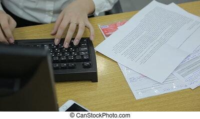 les, main gauche, de, a, femme, dactylographie, sur, a, clavier ordinateur