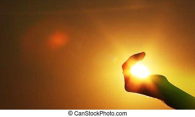 les, main, prises, les, soleil, dans, a, poing