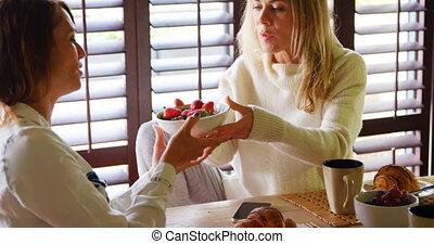 lesbienne couple, avoir, fruit, et, café, sur, table haute,...