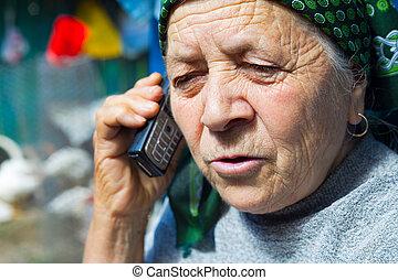 leste, europeu, mulher sênior, e, telefone móvel