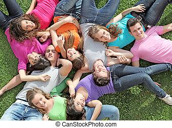 letnie dzieciska, grupa, zdrowy, obóz, kładąc, outdoors, trawa, szczęśliwy