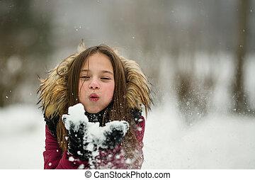 lettle, m�dchen, spiele, mit, schnee, draußen, an, winter.
