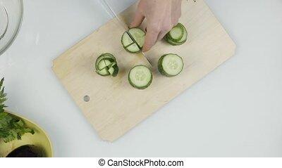 lettuce., drewniany, warzywa, rozkrawając, cięcie, ogórek, 4k, board., kuchnia, górny prospekt