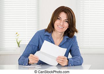 lettura donna, lettera, felice