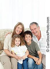 leur, appareil photo, famille heureuse, sofa, regarder
