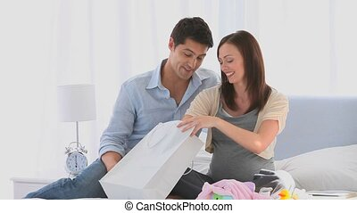 leur, couple, après, achats, lit