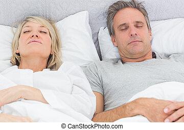 leur, couple, lit, dormir