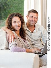 leur, couple, ordinateur portable, fonctionnement, maison