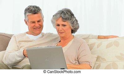 leur, couple, ordinateur portable, fonctionnement