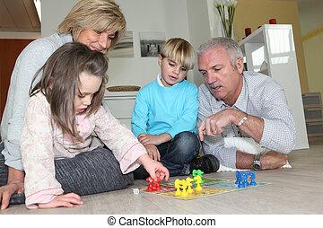 leur, couple, personnes agées, petits-enfants, jouer