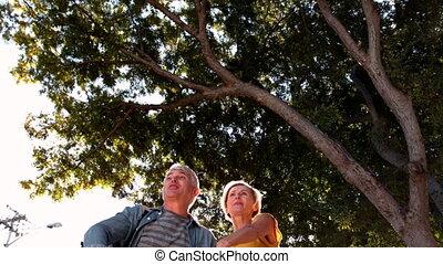 leur, couples aînés, lancer, chapeaux