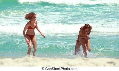 leur, femmes, trois, eau, serviettes, promenade