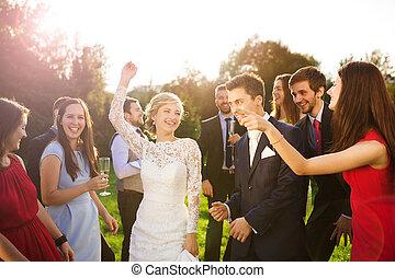 leur, jardin, nouveaux mariés, fête, invité