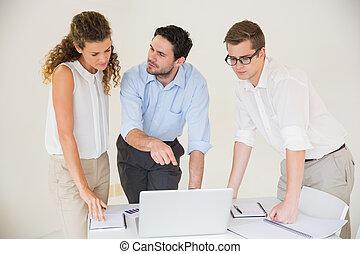 leute, laptop, aus, geschaeftswelt, besprechen