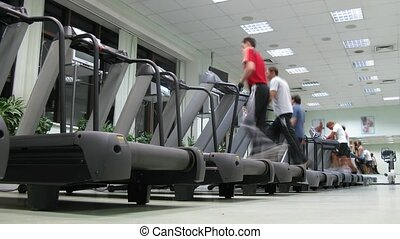 leute, laufen, auf, tretmühlen, an, multisport, fitneßklub