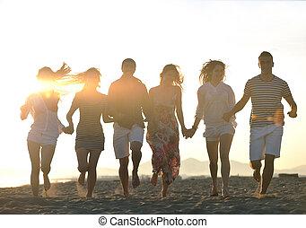 leute, sandstrand, gruppe, glücklich, spaß, haben, junger