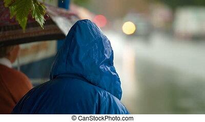 leute, unter, regen, auf, a, stadtstraße