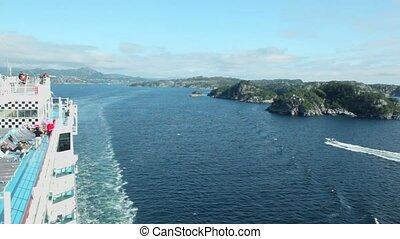 leute, von, deck, uhr, bergig, ufer, und, motorboot, segel