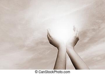 levantado, conceito, sky., sol, energia, mãos, nublado, pegando, espiritualidade, wellbeing, positivo
