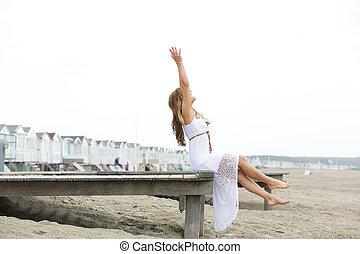 levantado, mujer, playa, brazos, sentado
