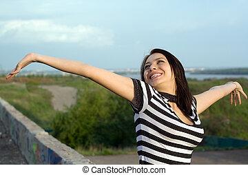 levantado, mulher, braços, jovem, ao ar livre, feliz