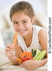levend, eten, kamer, groentes, kom, jong glimlachend meisje