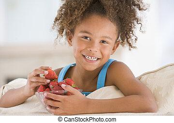 levend, eten, kamer, jonge, aardbeien, het glimlachen van het meisje