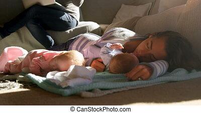 levend, haar, moeder, baby boys, slapende, 4k, kamer