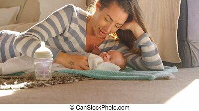 levend, haar, moeder, het kijken, baby jongen, 4k, kamer