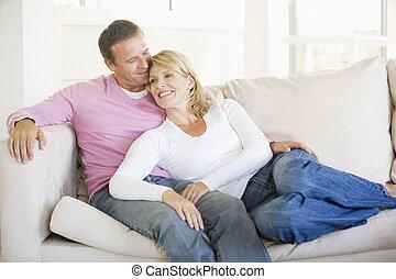 levend, paar, kamer, relaxen, het glimlachen