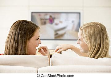 levend, televisie, eten, kamer, schouwend, chocolade, twee, s, vrouwen