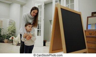 levend, weinig; niet zo(veel), kamer, haar, kind, drawing., woning, pre-school, jongen, vrije tijd, tekenen, verf , education., plank, mamma, family., vrolijke