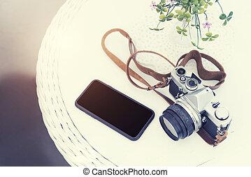 levensstijl, reizen, en, technologie, concept., vintage fototoestel, met, beweeglijk, op, tafel, met, kosteloos, kopie, space., ouderwetse , en, retro, achtergrond., afbeelding, voor, optellen, tekst, message., achtergrond, voor, ontwerp, kunst, work.