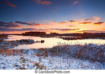 lever soleil coloré, sur, rivière, dans, hiver