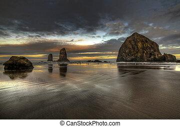 levers de soleil, à, roche meule foin, sur, plage canon