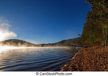 levers de soleil, sur, brumeux, lac