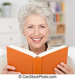 lezende , oude vrouw, boek, aantrekkelijk