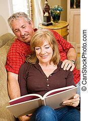 lezende , samen