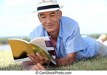 lezende , toerist, heer, bejaarden, gras, gids, het liggen