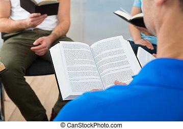 lezende , vrienden, bijbel