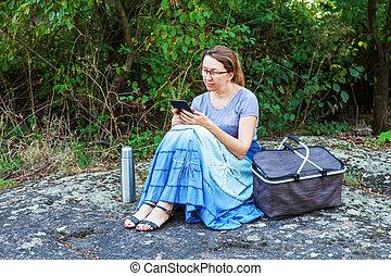 lezende , vrouw, e-boeken, volwassene, buitenshuis