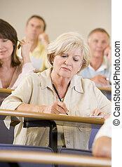 lezing, universiteit, vrouw, senior, het luisteren