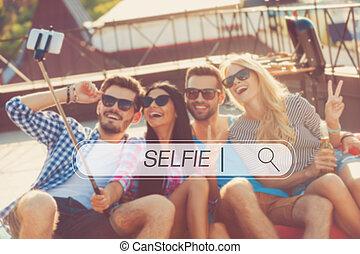 liaison, quatre personnes, sommet, temps, selfie., ensemble, jeune, gai, quoique, autre, chaque, confection, séance, dehors, selfie, vue