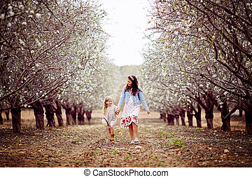 liberté, les, filles, are, jouer, dans, les, park., peu, soeurs, are, debout, dans, a, parc, à, almonds., les, concept, de, voyage, style de vie, et, enfance